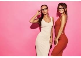 两位美丽性感笑容满面的女模身着时尚设计潮_6714250