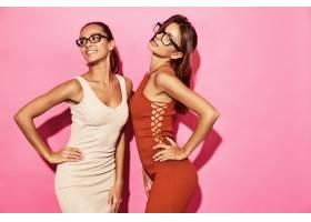 两位美丽性感笑容满面的女模身着时尚设计潮_6714252