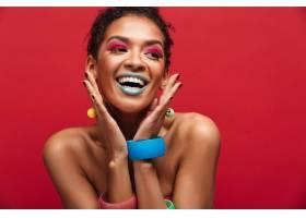 五颜六色开朗的非洲裔美国女人带着时髦的_6729988