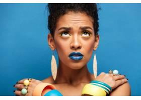 五颜六色的兴奋的混血女子带着时髦的化妆_6729931