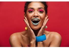 五颜六色的快乐的非洲裔美国妇女化妆时髦_6729987