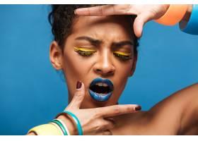 令人惊叹的情绪激动的美国黑人妇女的肖像_6729903