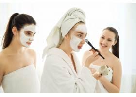 使用面部美容产品的女性_8424585