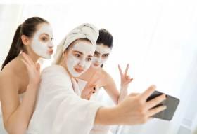 使用面部美容产品的女性_8424614