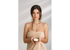 兴高采烈的女人裹着毛巾站着拿着身体擦洗_8357987