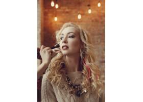 化妆师和美丽的金发女子在一起_7554444