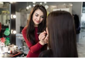 化妆师建议将口红颜色改为留长发的年轻模特_9187740