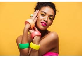 化妆鲜艳的美丽非洲裔美国女子的时尚肖像_6729946