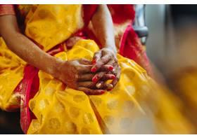 印度教新娘手上布满指甲花纹身的特写镜头_3983076