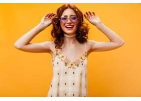 可爱的卷发女人头发上插着鲜花在橙色的_12677803