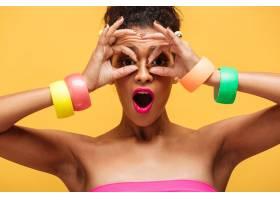 可爱的混血女子的彩色肖像手上戴着时髦的_6729941