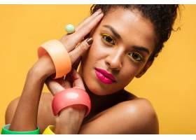 可爱的黑白混血儿女人的特写肖像黄色的眼_6729949