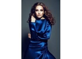 高级时尚造型身穿亮蓝色连衣裙妆容鲜艳_7250101