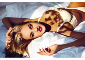 魅力特写美女性感时尚年轻女模躺在白色床上_6766069