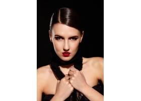 黑发女孩戴着黑色项链_6801955
