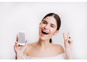 黑发女孩的特写肖像手里拿着手机一名年_12607452