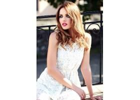 身着白色夏装晚妆的美丽性感的高加索年轻女_7251758