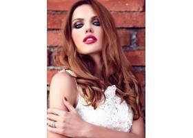 身着白色夏装晚妆的美丽性感的高加索年轻女_7252771