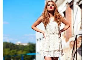 身着白色夏装晚妆的美丽性感的高加索年轻女_7253300
