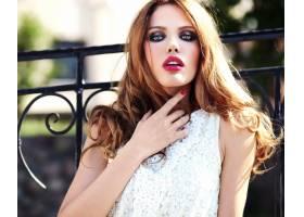 身着白色夏装晚妆的美丽高加索年轻女子模特_7251720
