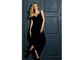 身着经典黑色服装化妆清新的金发美女模特_7166011