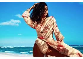 身穿米色连衣裙留着深色长发的美丽女子在_6933303
