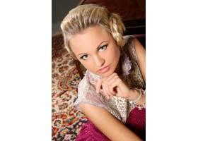 身穿粉色连衣裙的金发模特细节为薄纱_8909335