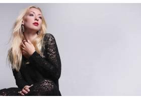 身穿黑色蕾丝连衣裙的金发时装模特_9108371