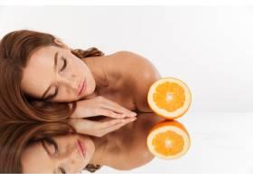 金发女子美人画像长发躺在鲜橙旁的镜桌上_6514885