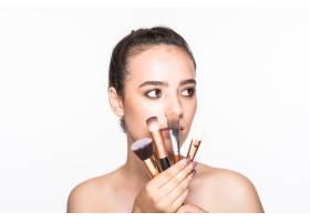 隔离在白色墙壁上的美女脸上贴着化妆刷_8990813