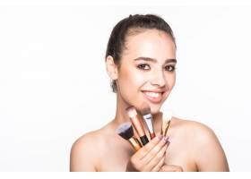 隔离在白色墙壁上的美女脸上贴着化妆刷_8990822