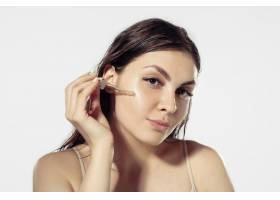 青春秘密白墙外美丽的年轻女子化妆品和_8923904