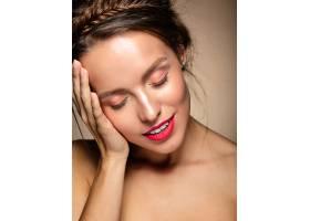 美女模特肖像每天化妆清新红唇触碰头部_6765254