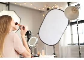 美容博主一名年轻女子正在录制化妆教程_9505240