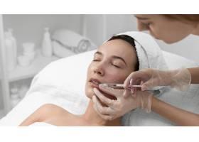 美容师为女性客户做注射填充物_12780818