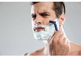 聚精会神的男人刮胡子_8078029