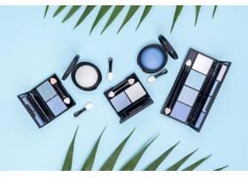蓝色背景上的美容产品顶视图集_8667303