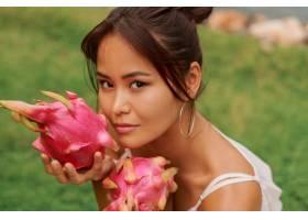 脸旁贴着火龙果的亚洲美女美人写真_9275578
