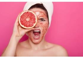 脸部表情愤怒的年轻女子的特写头上戴着白_8759773