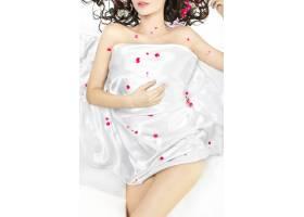 花团锦簇的床单上躺着小女孩的身体_7090232