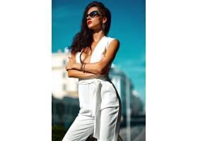 街上穿着白色西装戴着墨镜的时尚女模_7249258