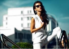 街上穿着白色西装戴着墨镜的时尚女模_7250108