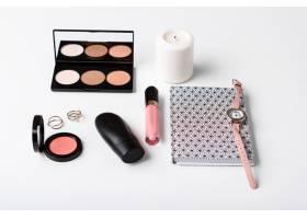 装饰化妆品手表笔记本和白色表面的蜡烛_8757192