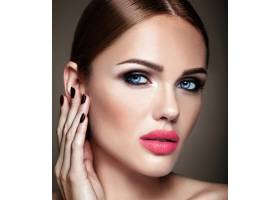 美丽的女孩模特的肖像晚妆和浪漫的发型抚_6882684