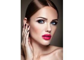 美丽的女孩模特的肖像晚妆和浪漫的发型抚_6882685