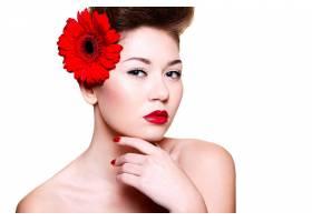 美丽的女孩红色的嘴唇和指甲头发上有一_6801096