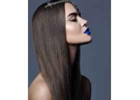 美丽的深色头发和蓝色的嘴唇_6799830