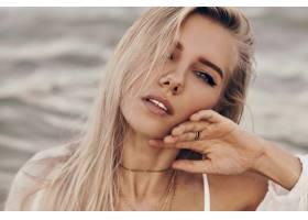 美丽的金发女子特写皮肤完美蓝眼睛在海_9275473