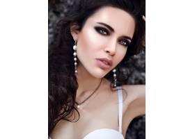 美丽的高加索女子晚妆户外留着深色长发_6801026