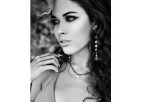 美丽的高加索女性模特肖像深色长发穿着_7249250